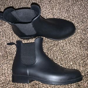 Black boots Barely Worn size 5 fits like 6